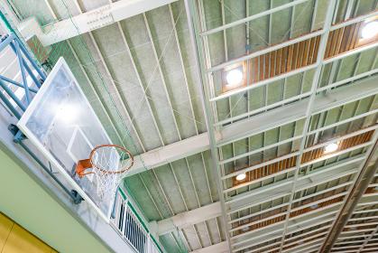 体育館の天井とバスケットボールのゴール