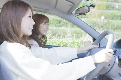 友達とドライブする女性