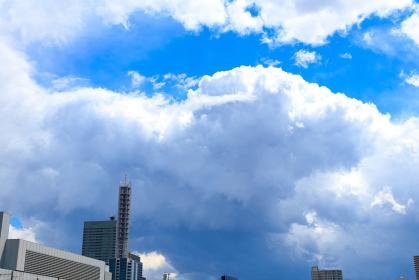 青空とさいたま新都心のビル群