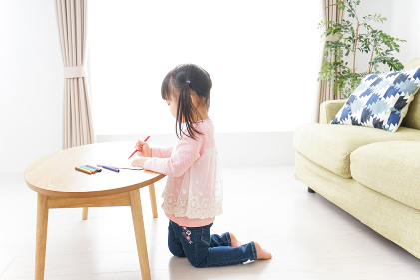お絵かきをする子ども・教育イメージ