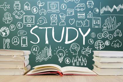 読書で学習する様々な知識・黒板背景-スマホ・パソコン・ネットワーク・ビジネスのアイデア