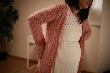 腰に痛みを感じる妊婦