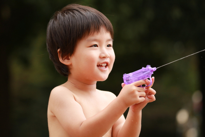 水鉄砲で遊ぶ男の子