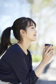 コーヒを持つ日本人女性のポートレート