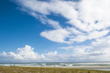 雲の多い青空と海の風景
