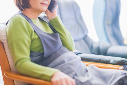 電話 通話 シニア 女性 日本人 スマホ