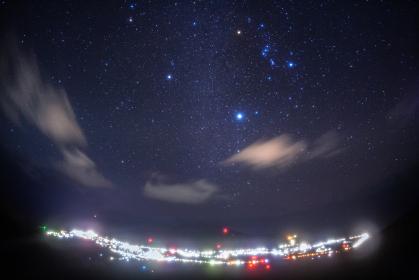 東京都・八丈島 八丈富士から眺める冬の星空と夜景