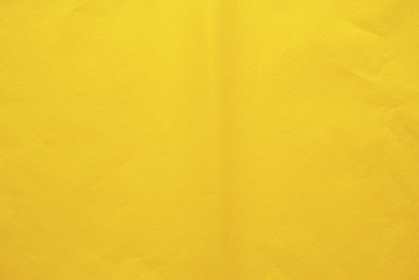 曲がり跡のある黄色のお花紙
