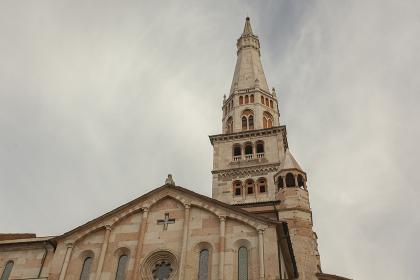 Duomo and Ghirlandina tower in Modena, Italy 6