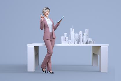 紙で作られた大都市の模型の前でタブレットを持ち説明をするショートヘアのスーツ姿の女性社員