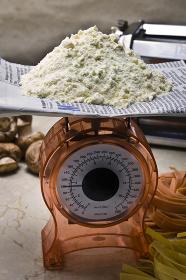 小麦粉を量る