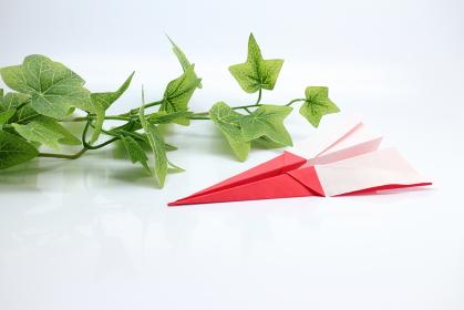 紙飛行機と白バックの素材