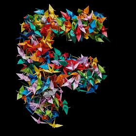 折り紙の鶴を集めて形作ったアルファベットのF