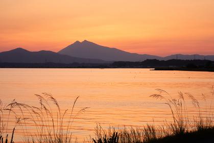 霞ヶ浦と筑波山の夕景