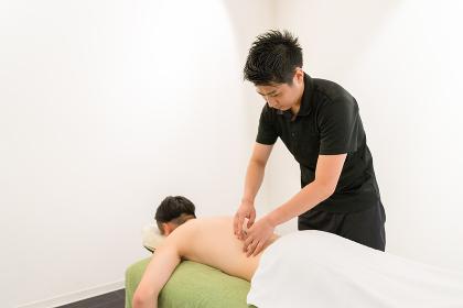 腰の鍼治療(男性の背中)