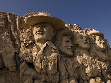 巨大な顔の彫刻