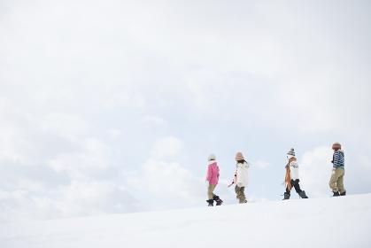 雪原を歩く小学生