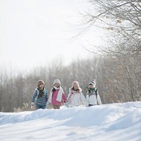 雪道を歩く小学生