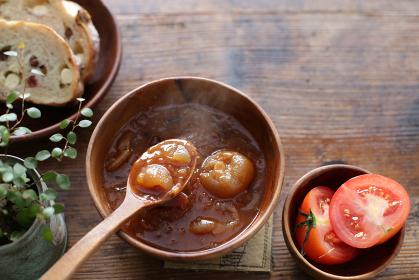小さな玉ねぎとトマトのスープ