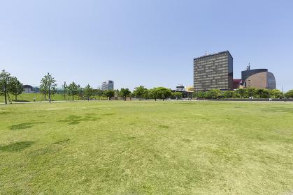 新緑の勝山公園と北九州市役所