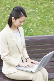 パソコンをするビジネス女性