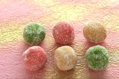 カラフルな色の飴や金平糖やあられなどの雛菓子