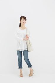 バッグを持つ笑顔の女性