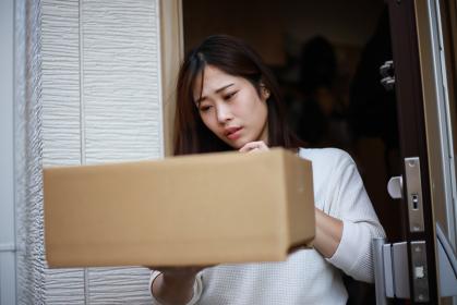 身に覚えのない宅配物が届いた女性