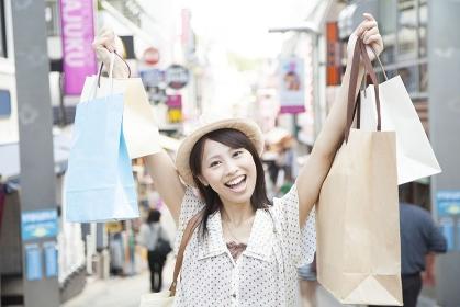 たくさん買い物をした女性