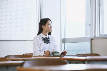 教室で読書する女子高生