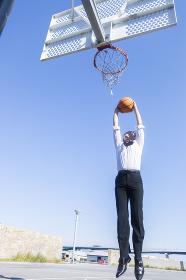 バスケをする男性