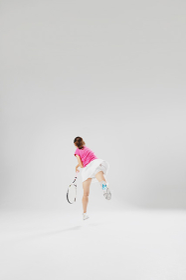 テニスをする若い女性