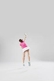 テニスする若い女性