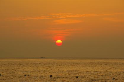 赤とオレンジ色の太陽