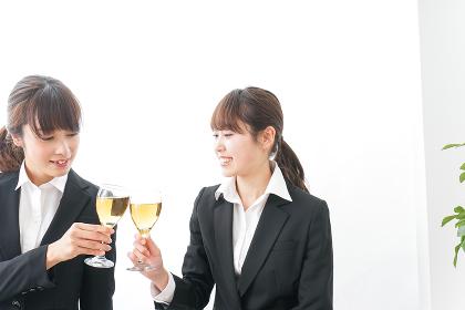お酒を飲む若い女性