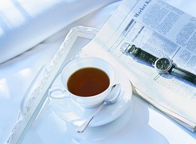 新聞と腕時計とコーヒー