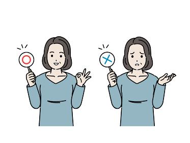 正解と間違いの棒を持つ中高年の女性 ミドル 〇×クイズ イラスト素材