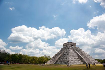 メキシコ・チチェンイッツァにてマヤ文明遺跡のピラミッド周辺エリアの近景
