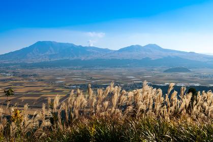 秋のミルクロードから見る阿蘇市街と阿蘇五岳