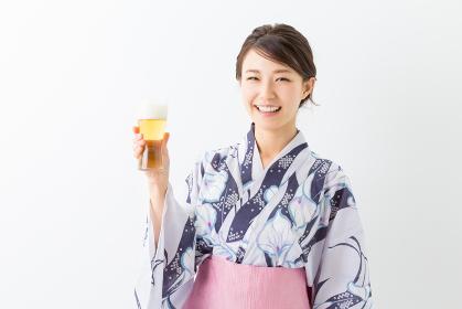 浴衣を着た女性 ビール