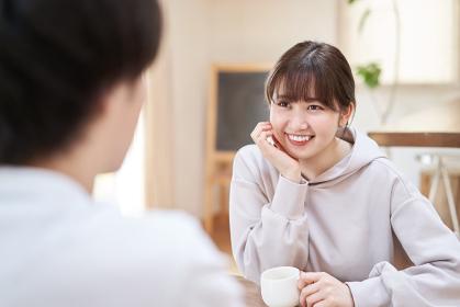 笑顔で会話するアジア人の男女