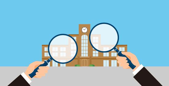 学校と虫眼鏡、志望校を選ぶイメージのイラスト