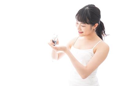 クリームを塗る若い女性