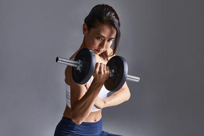 筋トレをする日本人女性