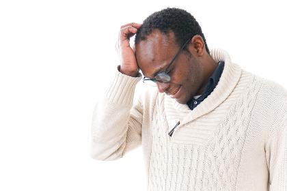 頭痛に苦しむ男性