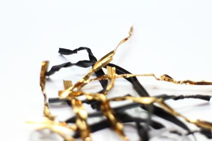 捻じれる金色と黒色の結束バンド