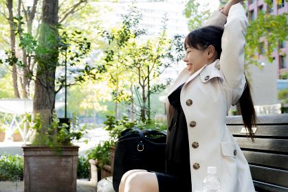 【東京都】ベンチで休憩をとるビジネスウーマン