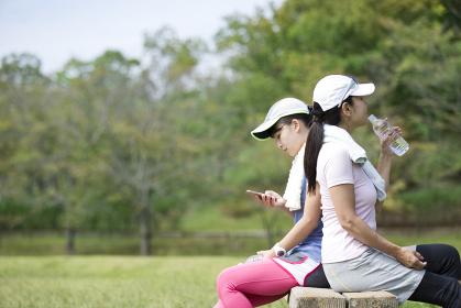 運動中に休憩をする親子