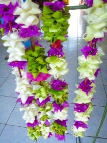 チリで見かけたポリネシアン文化の花飾り、色鮮やかなフラワーレイ