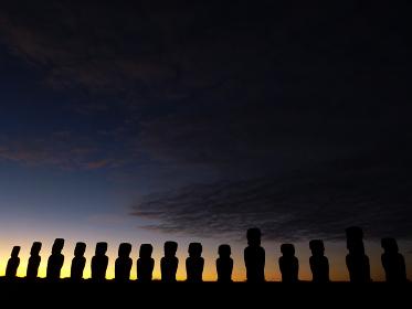 チリ・イースター島のトンガリキにて一列に並ぶ15体モアイ像の夜明け前の様子